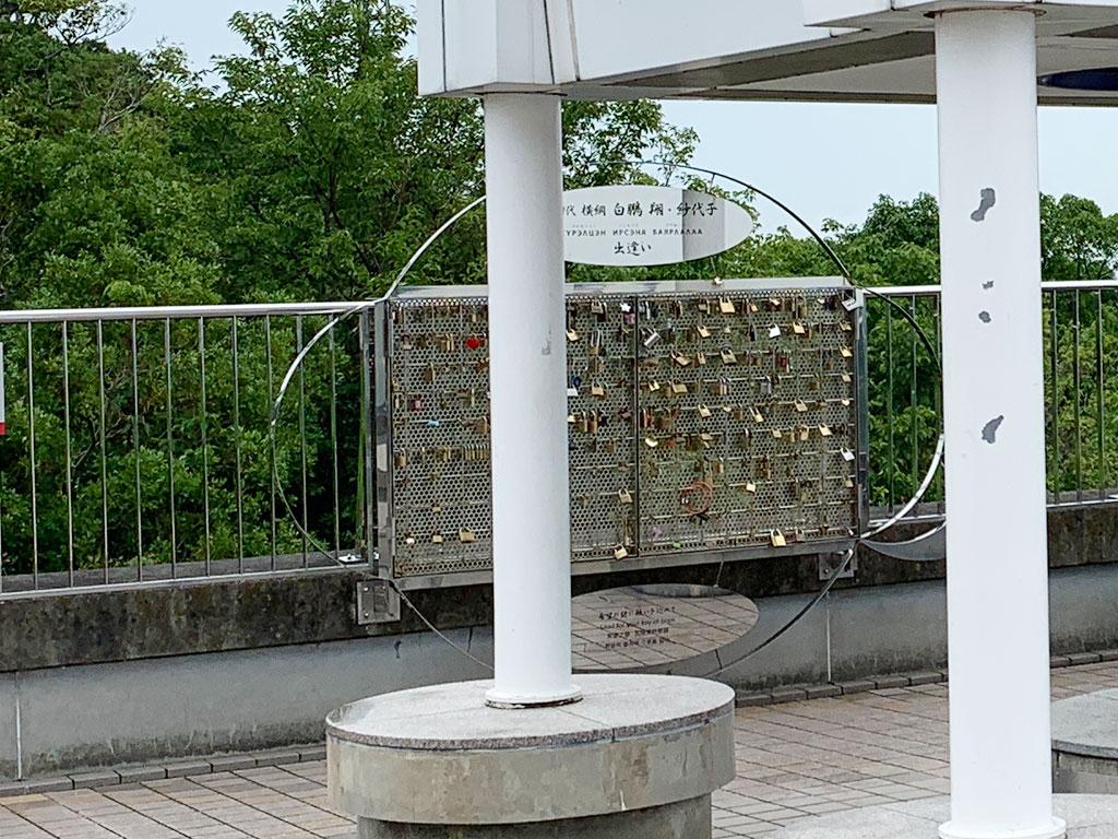 南京錠をかけるフェンス