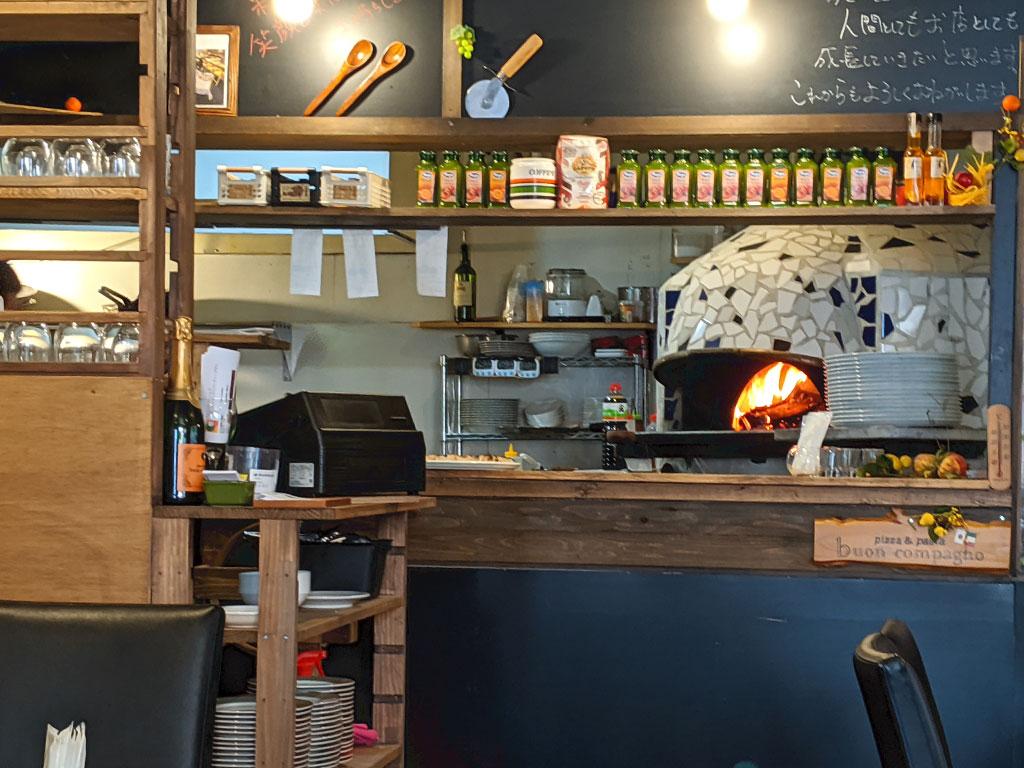 席から見えるピッツァを焼く石窯