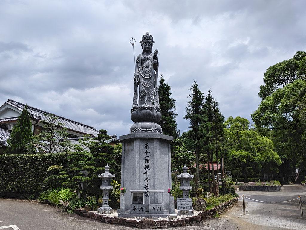 入り口の菩薩像