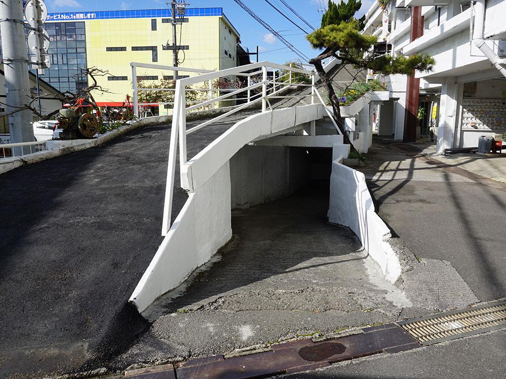 地下駐車場へと続くスロープ