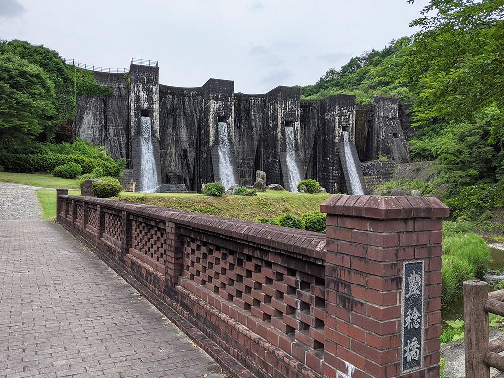 公園入口から見える堰堤