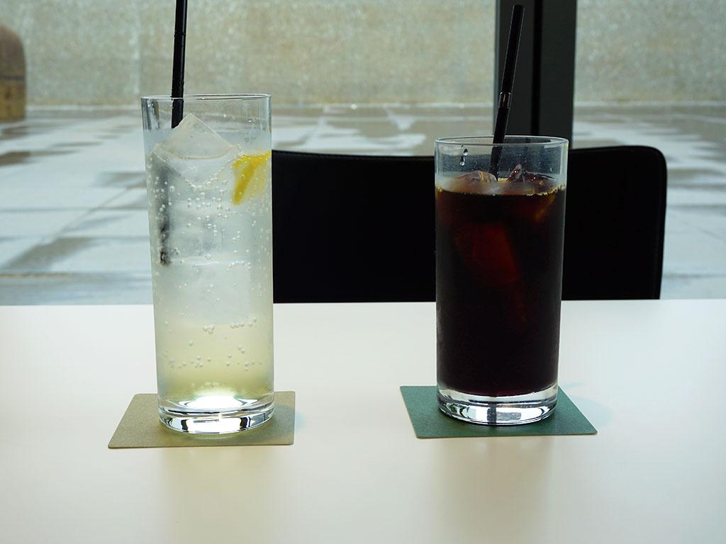 「珈琲 美術館ブレンド(アイス)」と、「瀬戸内レモネード(アイス)」
