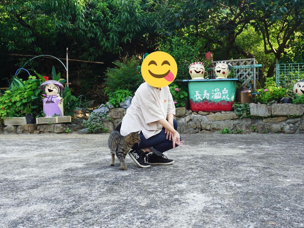 粟島のふれあいパークで出会った猫と遊ぶ様子を撮影した写真