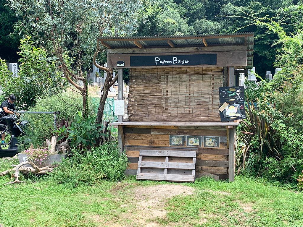 屋外カフェのような小屋